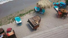 在海岸海滩的葡萄酒钢琴 免版税库存图片