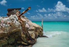在海岸的一个巨大的船锚 免版税库存照片