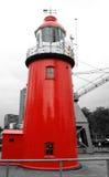 在海岸的一座红色灯塔 免版税库存照片