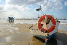 在海岸的两条老小船 库存图片