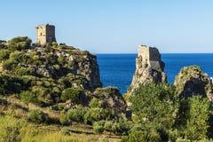 在海岸的中世纪塔楼在斯科佩洛在西西里岛,意大利 免版税图库摄影