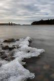 在海岸的冰,春天 免版税库存图片