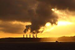 在海岸的发电站在日出 免版税库存照片