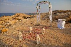 在海岸的婚礼曲拱 库存图片