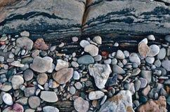 在海岸的小卵石 免版税库存照片