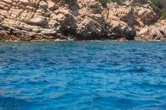 在海岸的小峭壁 免版税库存照片