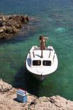 在海岸的小渔船 免版税库存照片
