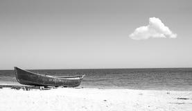 在海岸的小船与唯一云彩 库存照片