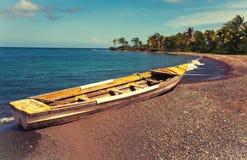 在海岸的小船每明亮的晴天,与一个减速火箭的作用 免版税图库摄影