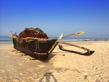 在海岸的小船每明亮的晴天 免版税库存照片
