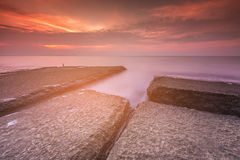 在海岸的岩石与日出口气 免版税库存图片