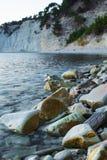 在海岸的岩石由沿海波浪洗涤了 免版税库存照片