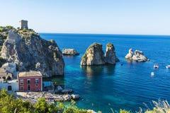 在海岸的峭壁在斯科佩洛在西西里岛,意大利 免版税库存照片