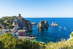 在海岸的峭壁在斯科佩洛在西西里岛,意大利 库存图片