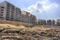 在海岸的布朗石头在晴朗的中午 图库摄影