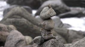 在海岸的平衡的禅宗石头结构 股票录像