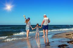 在海岸的年轻家庭 免版税图库摄影
