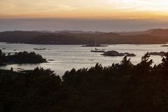 在海岸的挪威风船在黄昏 库存照片