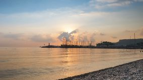 在海岸的日出太阳从船上升 4K 股票录像