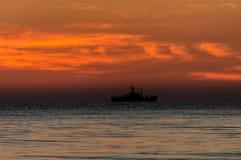 在海岸的日出 五颜六色的天空 免版税图库摄影