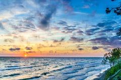在海岸的日落在克莱佩达,立陶宛附近 免版税图库摄影