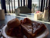 在海岸的早餐 免版税库存图片