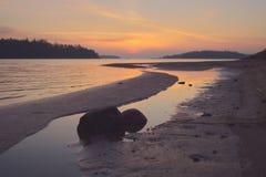 在海岸的明亮的日落颜色 免版税库存图片