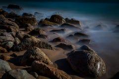 在海岸的有雾的岩石 免版税库存图片