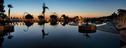 在海岸的水池在清早 免版税库存照片
