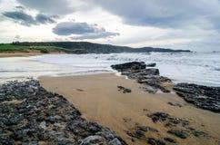 在海岸的波浪在Verdicio在阿斯图里亚斯,西班牙靠岸 浪潮起伏的s 图库摄影