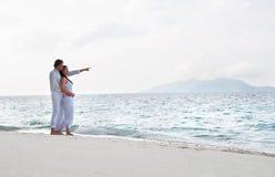 在海岸的浪漫新夫妇 免版税图库摄影