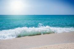 在海岸的海波浪 库存图片