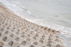 在海岸的混凝土沿海防护建筑物 免版税库存图片
