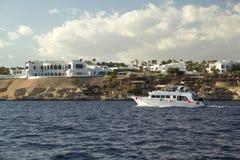 在海岸的游艇 免版税图库摄影
