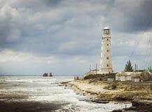 在海岸的灯塔 免版税库存图片