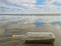 在海岸的瓶 库存照片