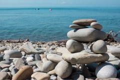 在海岸的石塔 库存图片