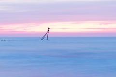 在海岸的美好的玫瑰色日落 库存图片