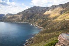在海岸的美妙的风景视图在Chapmans峰顶驱动,开普敦 免版税库存照片