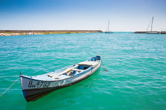 在海岸的老小船在晴朗的天气在保加利亚,有小船的船坞 库存照片