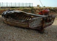 在海岸的老小船 库存图片