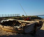 在海岸的老小船 免版税库存照片
