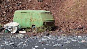 在海岸的老搬运车在兰萨罗特岛西班牙 免版税库存图片