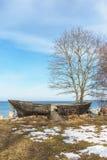 在海岸的老木小船在冬天之前 免版税图库摄影