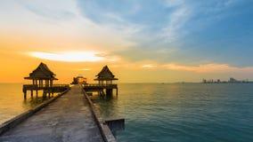 在海岸的自然日落在摒弃寺庙在海洋 库存图片