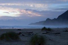 在海岸的黄昏。 免版税库存照片