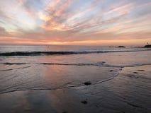 在海岸的黄昏 免版税库存照片