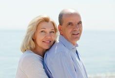 在海岸的年长夫妇 免版税库存照片