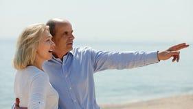 在海岸的年长夫妇 图库摄影