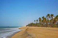 在海岸的Dreamful海水浴场在热带海岛斯里兰卡上的Marawila附近 库存图片